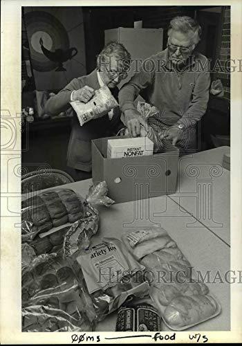Historic Images - 1985 Press Photo Beata Loken and Vernon Larson Prepare Emergency Food - orb72618